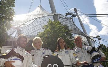 Das Weltmeisterduo ergänzt die bunte Palette an prominenten Fahrern, die bislang ein Scirocco R-Cup-Fahrzeug pilotierten.